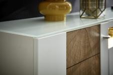 """Obývací nábytek CAPE_detail skleněné horní desky a imitace """"Hirnholz""""_obr. 10"""
