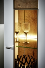 """Obývací nábytek CAPE_detail viditelné zadní plochy vitriny v provedení """"Hirnholz""""_obr. 12"""
