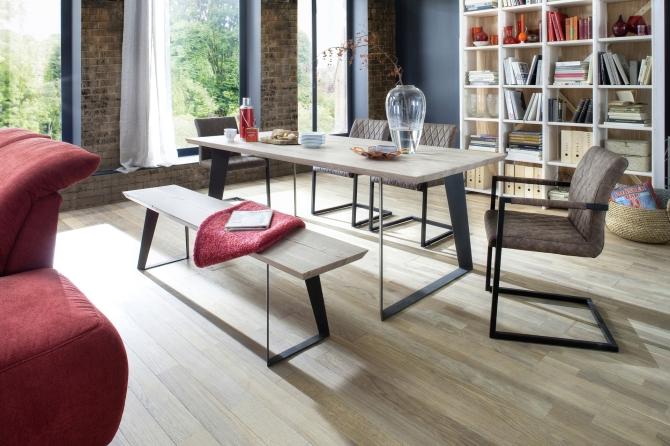 Jídelní stůl COBURG v interieru_dub bělený masiv_obr. 1