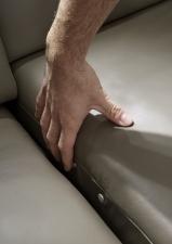 Kožená sedací souprava COMET-L_kůže Vivre stone_detail dotykového ovládaní motorové funkce polohování WallAway_obr. 18