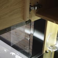 Celomasivní dubový nábytek DELGADO_detail částečně prosklených dveří_otevřené_obr. 45