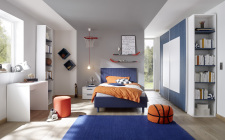 Dětský a studentský nábytek ESPERO (modrá varianta)_šatní skříň s posuvnými dveřmi (Quadr.-optika), š.243 cm_čalouněná postel 120 cm_noční stolek_psací stůl 90 cm_2x samostatně stojící regál s 5-ti policemi,v. 230 cm_1x sada stěnových regálů_obr. 3