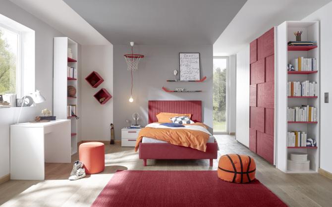 Studenstký nábytek ESPERO (červená varianta)_šatní skříň s posuvnými dveřmi (3D-optika) 243 cm_čalouněná postel 120 cm_noční stolek_psací stůl 90 cm_2x samostatně stojící regál s 5-ti policemi 230 cm_1x sada nástěných regálů_obr. 1