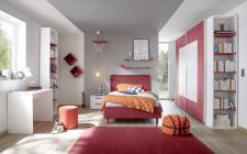 Studenstký nábytek ESPERO (červená varianta)_šatní skříň s posuvnými dveřmi (Quadr-optika) 243 cm_čalouněná postel 120 cm_noční stolek_psací stůl 90 cm_2x samostatně stojící regál s 5-ti policemi 230 cm_obr. 2