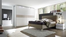 Ložnice DOLCE_nábytek bílý matný lak - dub beige_postel hellbraun_šatní skříň s okrasným rámem a osvětlením_postel bez spodní desky_noční stolek_komoda 4-zásuvková_obr. 1