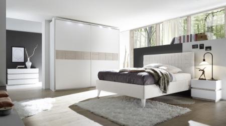 Ložnice DOLCE_nábytek bílý matný lak - dub beige_postel weiss_šatní skříň s okrasným rámem a osvětlením_postel bez spodní desky_noční stolek_komoda 4-zásuvková_obr. 2