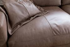 Sedací souprava LIVINGSTON_detail sedáku v kůži Cesano dark brown_obr. 5