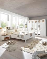 Ložnice SCANDIA_postel bez podstavby_noční stolky s proutěnými košíky_obr. 4
