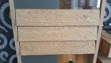 Obývací nábytek ALIVIO_ detail vnějšího ručního zpracování dřeva na dveřích vitriny_ foto prodejna_ obr 5