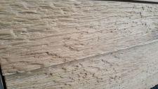 Obývací nábytek ALIVIO_ detail vnějšího ručního zpracování dřeva na dveřích vitriny_ foto prodejna_ obr 6