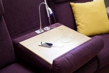Sedací souprava MAESTRA 3600_detail stolu u trapézového elementu_v látce Trend berry_obr. 18