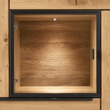 Obývací a jídelní nábytek VALERO_ volitelná zadní plocha v nikách a vitrinách_ dřevo_ dodáváno ve standardu_ obr. 19