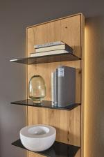 Obývací a jídelní nábytek VALERO_ detail volitelného zadního LED osvětlení u nástavného regálu 169840_ za příplatek_ obr. 23
