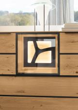 Obývací a jídelní nábytek VALERO_ detail niky s volitelnou zadní skleněnou plochou s ornamentem a LED osvětlením_ za příplatek_ obr. 25