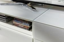 Obývací nábytek QUICK_detail skel na horních deskách TV-spodních dílů_obr. 21