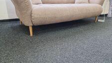 Sofa BAHAMA 2,5ALR _ látka Cosy sand_ detail masivních dubových nohou a prostoru pod pohovkou (robotický vysavač)_ foto prodejna_ obr. 4