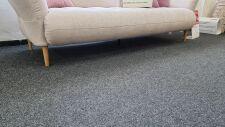 Sofa BAHAMA 3ALR _ látka Cosy nature_ detail masivních dubových nohou a prostoru pod pohovkou (robotický vysavač)_ foto prodejna_ obr. 4
