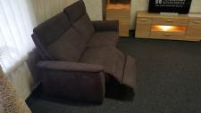 Sofa 3sed TAMPA 3611_(1,5sed medium AL - 1,5sed medium AR)_detail plně motorové funkce RELAX u jednoho sedadla_v látce Cosy dark brown_foto prodejna_obr. 7