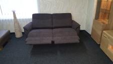 Sofa 3sed TAMPA 3611_(1,5sed medium AL - 1,5sed medium AR)_detail plně motorové funkce RELAX u obou sedadel_v látce Cosy dark brown_foto prodejna_obr. 9